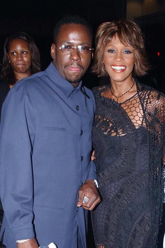 Bobby Brown 2003-ban úgy megverte feleségét, Whitney Hustont, hogy amikor a rendőrök kiérkeztek, alig ismertek rá az énekesnőre. Csak négy évvel később váltak el, de a sztár azt nyilatkozta, sohasem tudta megbocsátani férjének a történteket.