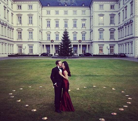 Egy kölni kastély előtt kirakott szívben kérte meg a modell kezét.