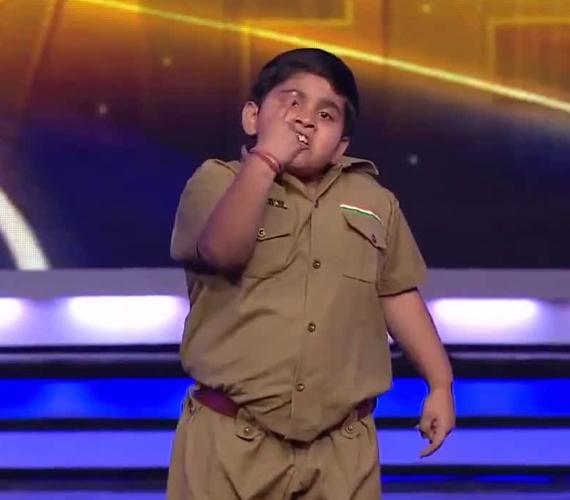 Most a nyolcéves Akshat Singh tartja lázban a Youtube közösségét, aki hihetetlen táncot mutat be. Itt nézheted meg a videót.