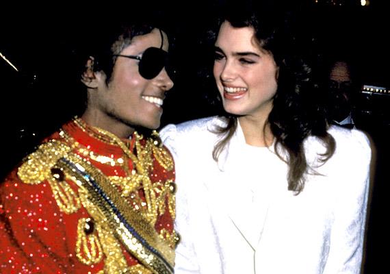 Brooke Shields 13 éves volt, amikor a hetvenes évek végén megismerkedett az akkor 20 éves popikonnal, Michael Jacksonnal. Egymásra találásuk szinte elkerülhetetlen volt: mindkettejüknek volt egy erősen kontrolláló szülője, aki verbálisan és fizikailag is bántalmazta gyerekként. A színésznő állítása szerint egyszerűen biztonságban érezték magukat egymás társaságában.