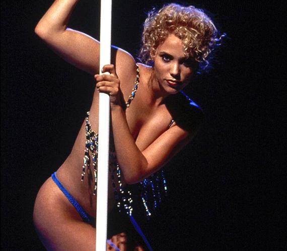 Elizabeth Berkeley 1995-ban hívta fel magára a figyelmet Paul Verhoeven Showgirls című filmjében, amelyben az egzotikus táncosnőt, Nomi Malone-t alakította.