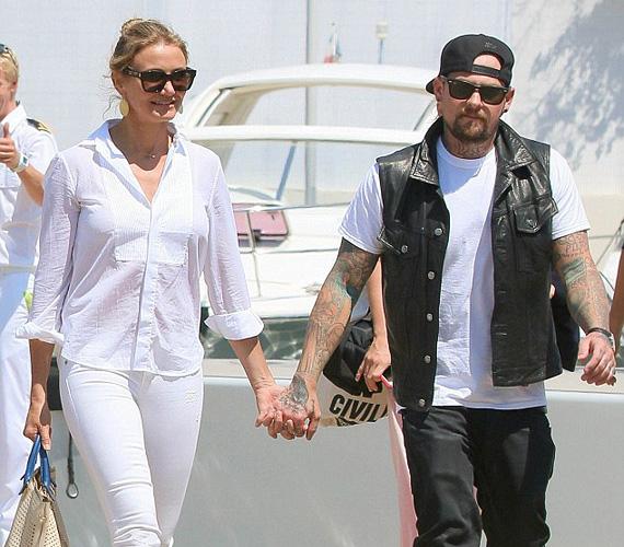 Cameron Diaz és Benji Madden. A 42 éves színésznő és a 35 éves rocker kapcsolatában nem voltak üresjáratok. 2014 májusában vált köztudottá, hogy járnak, aztán karácsony előtt Benji megkérte Cameron kezét, január 5-én pedig már ki is mondták az igent a színésznő Beverly Hills-i otthonában.