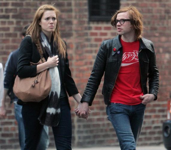 Mandy Moore és Ryan Adams. A 30 éves énekesnő és 10 évvel idősebb kollégája úgy döntöttek, szakmalilag és magánéletileg is összekötik az életüket. 2009 márciusában titokban keltek egybe Savannah-ban, egy hónappal azután, hogy Ryan előállt a nagy kérdéssel.
