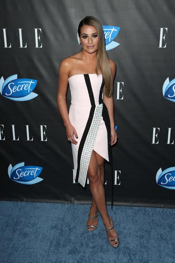 A Glee - Sztárok leszünk című sorozat sztárja, Lea Michelle igazán dögös volt aszimmetrikus szabású, rózsaszín ruhájában.