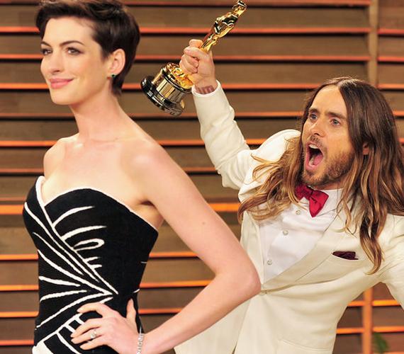 A 43 éves Jared Leto a 2014-es Oscar-gála afterpartiján bohóckodott a fotósoknak pózoló Anne Hathaway háta mögött, aki mindebből semmit nem vett észre.
