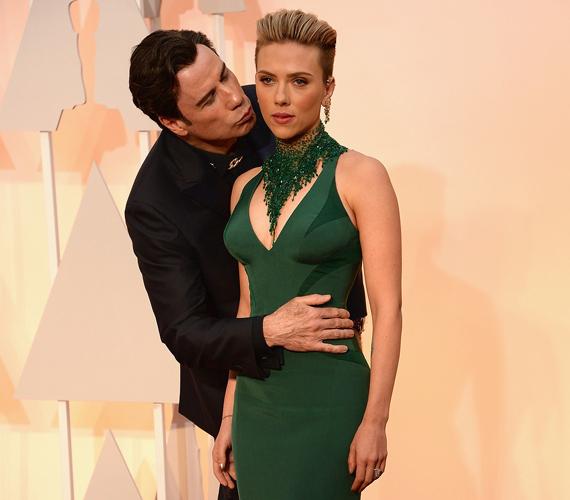 A 61 éves John Travolta a 2015-ös Oscar-gálán a 30 éves Scarlett Johanssont ostromolta, bizalmaskodó ölelését és a puszikat nehezen tolerálta a színésznő.
