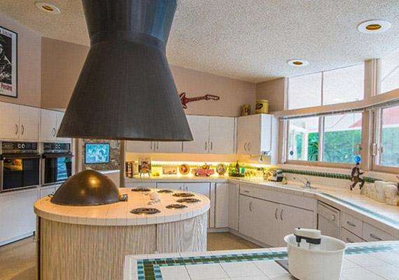 A konyha hatalmas, a közepén a szagelszívó nem éppen diszkrét.