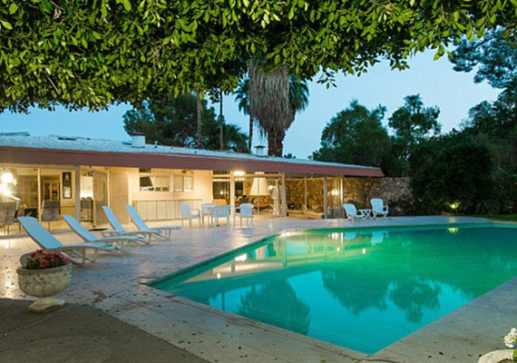 A medence már-már természetes, emellett teniszpálya is van a házhoz.