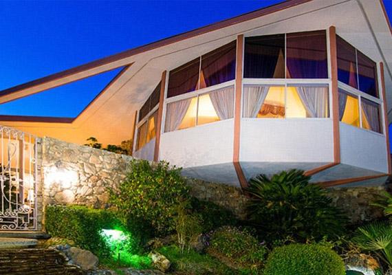 A ház háromemeletes, és négy kör alakú részből áll.