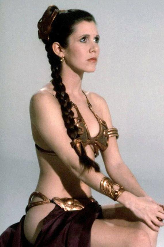 A Leia hercegnő szerepe után valóságos szexszimbólumnak számító Carrie Fishert is többször megszólták fiatalon - és most is - a súlya miatt. A metál bikiniben láthattuk, hogy nincs takargatnivalója.