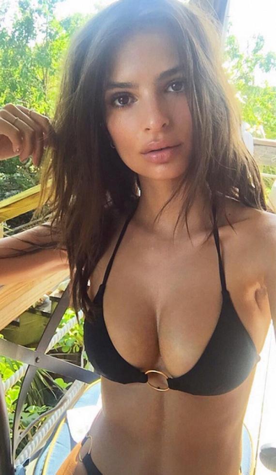 Emily Ratajkowski már kétszer szerepelt a Sports Illustrated magazin fürdőruhás kiadványában, ami teljesen érthető, ha megnézzük ezt a bikinis fotóját.