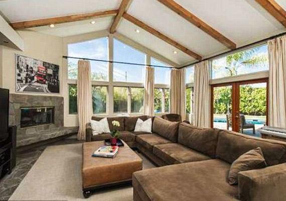 A 325 négyzetméteres házban egy tévézős és egy beszélgetős nappali is van.