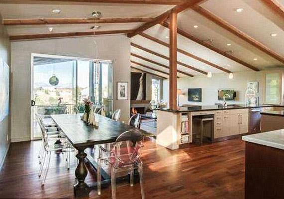 A konyha egy légtérben van az egyik nappalival.