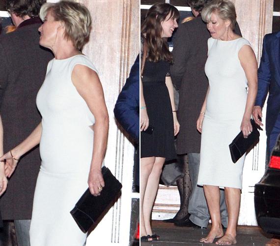 A színésznő most sem hazudtolta meg magát, és levette magas sarkú cipőjét.