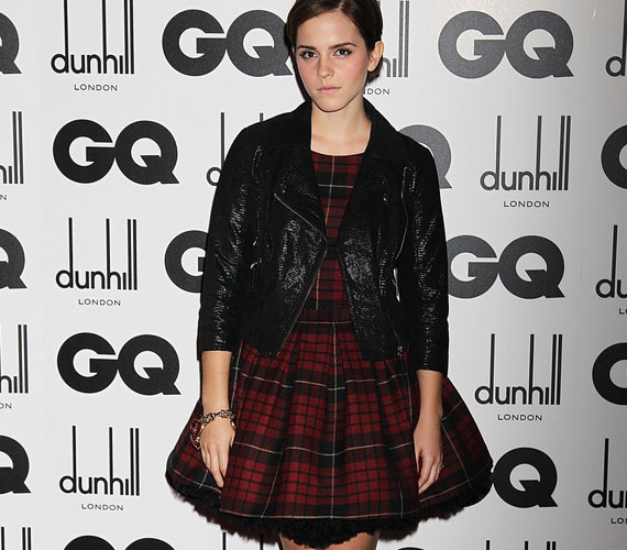 A fekete bőrdzseki merész húzásnak nevezhető, különösen a skót mintás ruhával párosítva, mivel Emma stílusa ennél jóval nőiesebb.