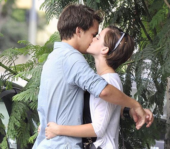 Emma Watson már nem szingli, a közelmúltban legújabb filmje forgatásán melegedett össze barátjával, Johnny Simmons-szal.