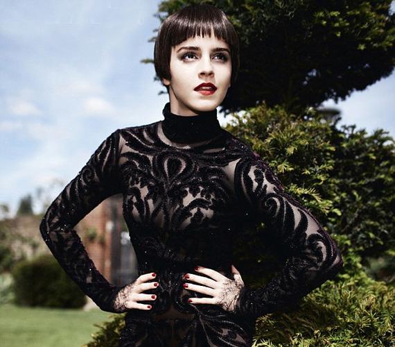 Még úgy is, hogy a sötét paróka és fekete mintás, átlátszó ruha jóval öregebbnek mutatta a kislányos színésznőt.