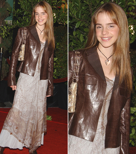 Hermione egyenes hajjal                         Egy évvel később, 2002-ben, a Harry Potter és a Titkok Kamrája bemutatójára Emma kiegyenesíttette hullámos fürtjeit, a vörös szőnyegen pedig a sportos eleganciát képviselte: földet söprő sifon ruháját barna bőrdzsekivel párosította.                         Kapcsolódó cikk:                         Még a rajongókat is meglepte! Emma Watson drámai változáson esett át »