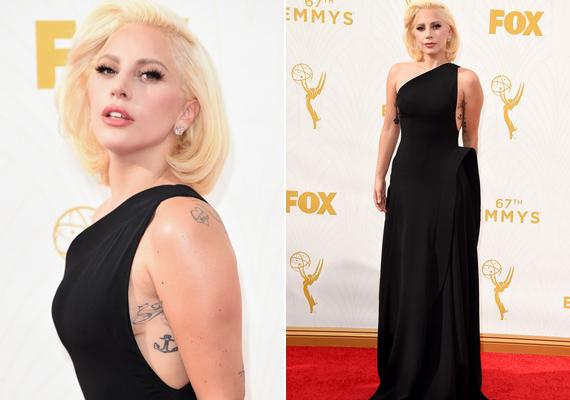 Lady Gaga igazán gyönyörű volt az egyszerű szabású, fekete ruhában. Annyira próbálja magát elcsúfítani az őrült jelmezeivel, hogy el is felejtjük, milyen szép valójában.
