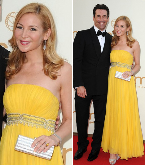 Jon Hamm és Jennifer Westfeld  A bájos színésznő-forgatókönyíró, Jennifer Westfeld jóképű párját, Jon Hamm színészt kísérte el az Emmy-gálára. A lágyan leomló, sárga estélyit viselő szőkeség együtt örülhetett kedvesével, akinek alakítását díjra jelölték.