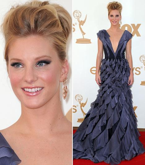 Heather MorrisA Glee - Sztárok leszünk! az egyik legnépszerűbb zenés-táncos sorozat a tengerentúlon, idén is több kategóriában jelölték a tévések Oscar-díjára. Így szinte az összes szereplő, köztük a sorozat 24 éves szőkeség, Heather Morris is felvonult a vörös szőnyegen. A színésznő fodros, lila selyemruhája és Simon G ékszerei remekül illettek stílusához és az elegáns gálához.