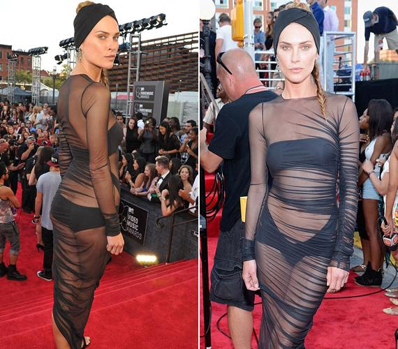 A 31 éves modell magára vonta a figyelmet sokat mutató ruhájában.