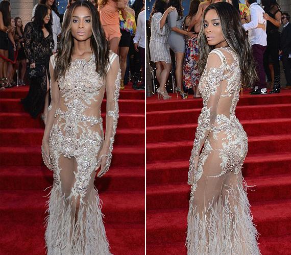 Az énekesnő, Ciara ruhája ismerős lehet többeknek, hasonlót viselt ugyanis Beyoncé a 2012-es MET-gálán.