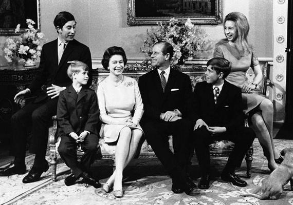 Ma posztolta a palota hivatalos Instagram-oldala ezt a képet a királyi családról. 1972 novemberében készült a fotó, Erzsébet királynő és Fülöp herceg ezüstlakodalmán.
