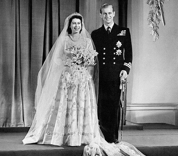 A nagy nap: Erzsébet és Fülöp herceg az esküvői ceremónia után fotózkodik a Buckingham-palotában 1947 novemberében.