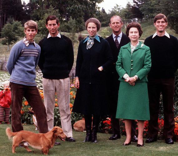 1979-ből származik ez a családi fotó a fiatal Eduárddal, Károllyal, Annával és Andrással. A kép bal sarkában pedig már ott totyog Zara Phillips is.