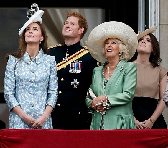 Katalin hercegnő csaknem olyan karcsú, mint terhessége előtt, pedig csupán másfél hónapja hozta világra Charlotte hercegnőt. A mai eseményre egy babakék, virágmintás ruhát választott, ami nagyon jól állt neki.