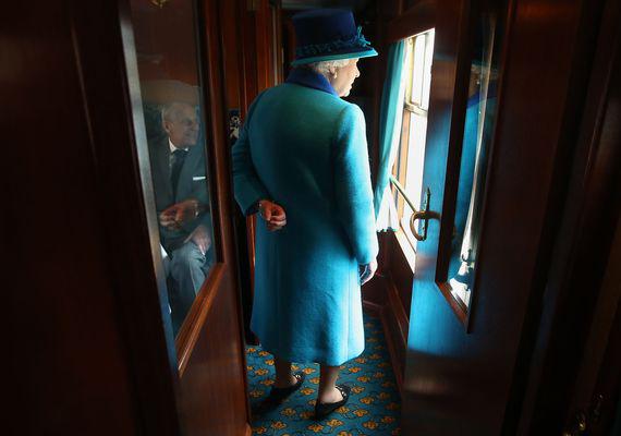 A rendkívül kínos fotó idén szeptemberben készült, amikor őfelsége férjével együtt egy új gőzmozdony felavatására volt hivatalos. A kép készítőjének sikerült a legfélreérthetőbb pillanatot elkapnia - Erzsébet királynő bal keze ugyanis a lehető legszerencsétlenebb szögben tükröződik.