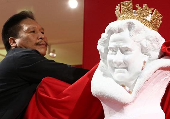 Az új Rodinnek is titulált művész nagy büszkeséggel leplezte le szobrát, amit szeretne a királynőnek adni.