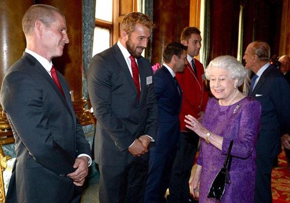 A királynő láthatóan nagyon jól érezte magát a hatalmas izomkolosszusok társaságában.