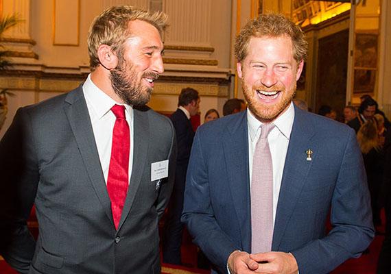 Harry herceg nagyokat nevetett a csapatkapitány, Chris Robshaw társaságában.