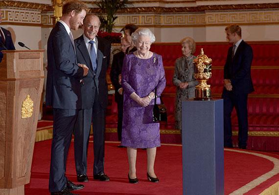 A királynőnek megakadt a szeme a rögbi-világbajnokság díszes trófeáján.