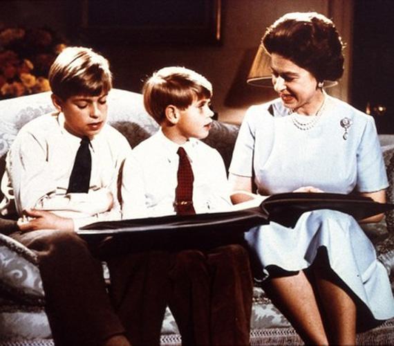 A királynő Andrással és Edwarddal II. Erzsébet apjának egyik fényképalbumát nézegetik