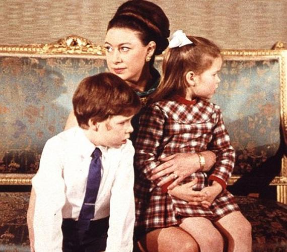 Néhány évvel később a kornak megfelelő divatos frizurával, Charlesszal és Annával.