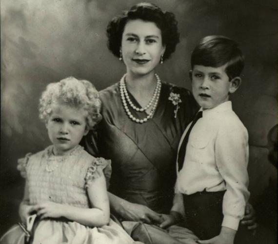 1954-ben a trónörökös Charlesszal és Anna lányával a Time magazin címlapján megjelent hivatalos fotón.