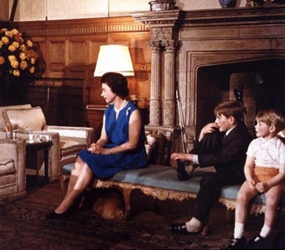 A két fiúval később tévét néz a sandringhami kastélyban.