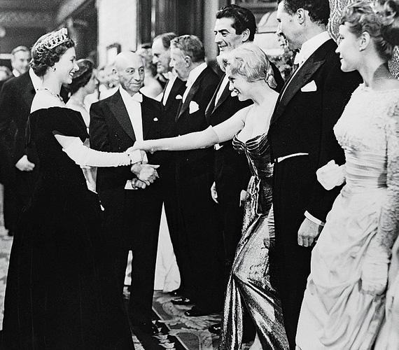 Erzsébet királynő 1956-ban találkozott az akkor 30 éves Marilyn Monroe-val Londonban. A színésznő karrierje ekkor volt felívelőben, három évvel később forgatta a Van, aki forrón szereti című filmet - hat évvel a királynői találkozást követően pedig máig tisztázatlan körülmények között elhunyt.