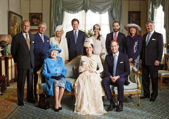 Ezt a családi portrét 2013-ban készítették, Vilmos herceg és Katalin hercegnő első gyermekének, a kis György hercegnek a keresztelőjén. A képen Vilmos és Katalin egész családja látható. Erzsébet királynő, Katalin hercegnő és Vilmos herceg helyet foglaltak, míg Fülöp herceg, Károly herceg, Camilla Parker-Bowles, Harry herceg, Pippa, James, Michael és Carole Middleton a háttérben állnak.