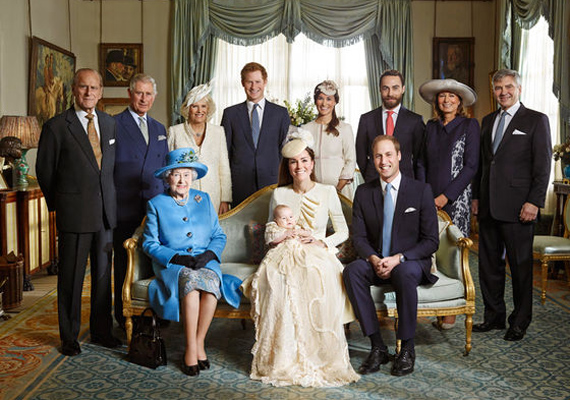 A királyi család 2013-ban, György herceg keresztelőjén. A képen a pár teljes családja helyet kapott, Erzsébet királynő, Katalin hercegnő és Vilmos herceg ülnek, míg Fülöp herceg, Károly herceg, Camilla Parker-Bowles, Harry herceg, Pippa Middleton, James Middleton és Katalin szülei, Michael és Carole Middleton állnak a háttérben.