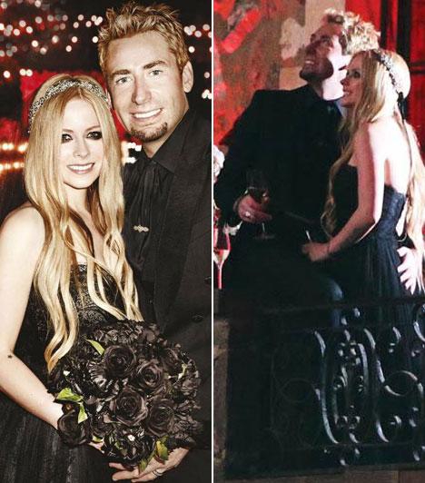 Avril LavigneAz énekesnő fekete ruhában és fekete rózsacsokorral a kezében ment hozzá Chad Kroeger énekeshez július 1-jén Dél-Franciaországban.
