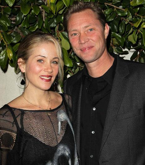 Christina Applegate  A tini kora óta ismert színésznő február 23-án titokban hozzáment Martyn LeNoble zenészhez, aki kétéves kislányának az édesapja.  Kapcsolódó cikk: 40 fölött állt újból oltár elé »