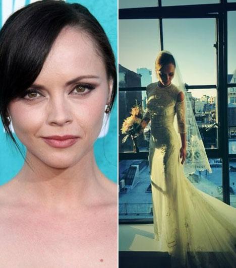 Christina RicciA gyermekkora óta kamera előtt álló színésznő október 26-án egy Givenchy haute couture ruhában ment feleségül az operatőr James Heerdegenhez, akivel a Pan Am című sorozat forgatása során ismerkedett meg.