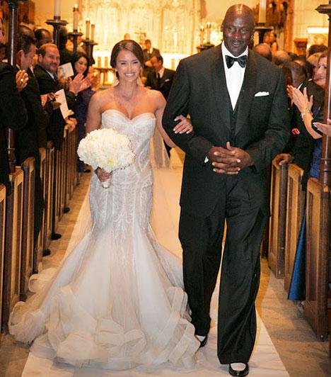 Michael Jordan  A világ legsikeresebb kosárlabdázójának tartott sztár április 27-én Floridában vezette oltár elé kubai-amerikai modell barátnőjét, Yvette Prietót. Jordannek ez a második házassága.