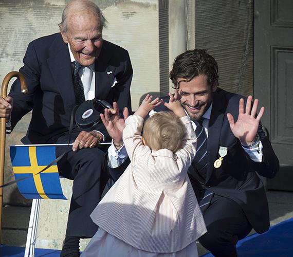 A fotón a kislány éppen Fülöp herceggel játszik XVI. Károly Gusztáv svéd király uralkodásának 40. évfordulójára rendezett ünnepségen, 2013 őszén.