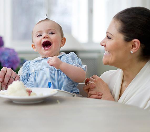 Estelle élvezettel majszolta a tortáját, amit első születésnapjára kapott.