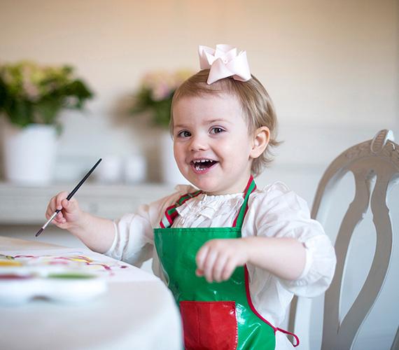 Estelle élvezettel festegetett a második szülinapján, szerencsére a ruhájának sem esett bántódása, köszönhetően a műanyag köténynek.